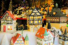 微型式样房子在圣诞节市场上 免版税库存图片