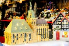 微型式样教会在圣诞节市场上 免版税库存图片