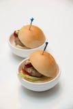 微型承办的服务的鸡汉堡小汉堡 免版税库存照片