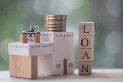 微型投资经纪、衣服的咨询所有人的财政顾问或者银行工作者给法律建议 免版税库存照片