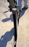 微型挖掘机开掘沟槽 免版税库存照片