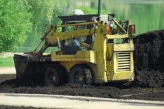 微型挖掘机获取 免版税库存图片