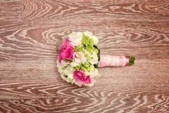 微型新娘花束和结婚戒指 免版税图库摄影