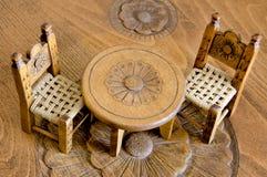 微型木椅子和桌 免版税库存照片