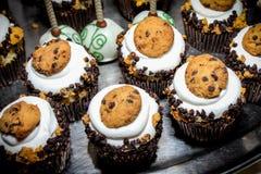 微型杯形蛋糕和巧克力蛋糕在一个银色盘子流行 免版税库存图片