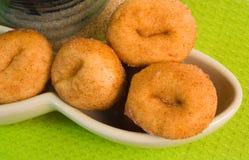 微型桂香的油炸圈饼 免版税库存图片