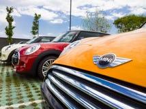 微型汽车待售在陈列室里 免版税库存图片