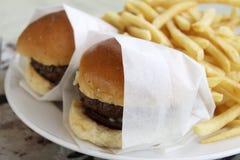 微型牛肉汉堡&油炸物 免版税库存照片