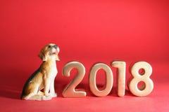 微型狗与年2018年 免版税库存图片