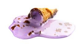 微型白薯味道冰淇凌在白色的一个熔化的过程中 库存图片