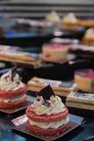 微型红色天鹅绒蛋糕用打好的奶油填装了 免版税图库摄影