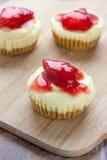 微型草莓乳酪蛋糕 图库摄影