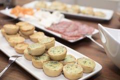 微型菠菜和乳酪乳蛋饼担当了开胃菜 库存照片