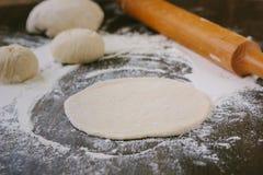 微型薄饼的面团辗压 免版税图库摄影