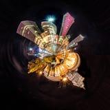 微型行星华沙-与苏联时代和现代摩天大楼的夜地平线 免版税库存图片