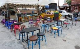 微型酒吧在火车市场, srinakarin路,曼谷,泰国上 库存照片