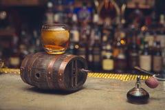 微型酒吧桶和wiskey 免版税图库摄影