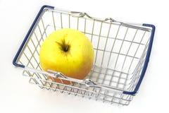 微型金属手提篮用极品苹果 免版税库存照片