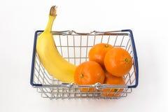 微型金属手提篮用香蕉和柑桔 免版税库存图片