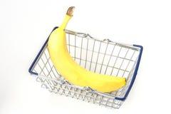 微型金属手提篮用黄色香蕉 库存照片