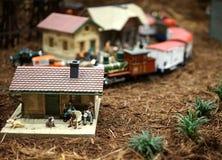 微型镇和火车场面 免版税库存照片