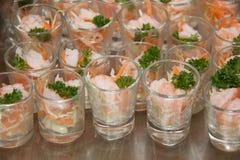 微型玻璃虾仁开胃品用开胃用沙司 图库摄影
