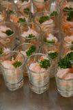 微型玻璃虾仁开胃品用开胃用沙司 库存照片