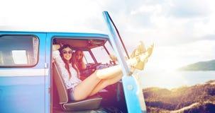 微型货车汽车的愉快的嬉皮妇女在夏天靠岸 库存照片
