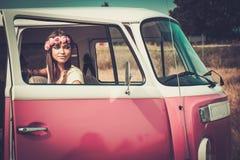 微型货车的嬉皮女孩 免版税库存图片