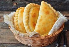 微型calzone、闭合的薄饼、意大利酥皮点心充塞用乳酪和肉 免版税图库摄影