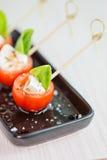 微型caprese手抓食物开胃菜,用蕃茄和无盐干酪 免版税库存图片
