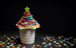 微型DIY纸树圣诞装饰 免版税库存照片