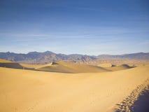 微小的人在浩大的死亡谷沙漠 库存图片