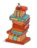 微小的人坐建立教育的堆书 皇族释放例证
