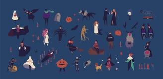 微小的人民人群穿戴了以在黑暗的背景隔绝的各种各样的万圣夜服装 男性和女性动画片 向量例证