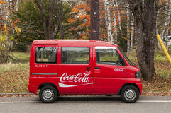 微小的可口可乐小巴交付物品到日本山的远程位置。 免版税库存图片