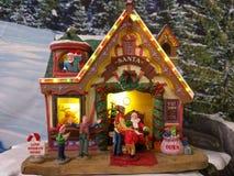 微小的圣诞老人房子 免版税图库摄影