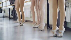微小的妇女` s腿的慢动作在pointe的热切穿上鞋子温文地移动和舒展在芭蕾期间的身分 股票视频