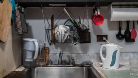 微小的小杂乱厨房 免版税库存照片