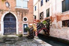 微小的桥梁看法有花和路灯柱的到一家典型的威尼斯餐馆里 免版税库存图片