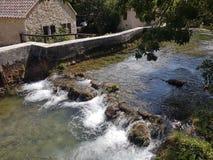 微小的瀑布在一个克罗地亚磨房的边 免版税库存图片