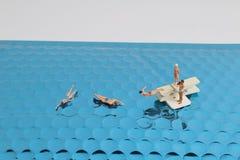 微小的玩具乐趣在海 免版税库存图片