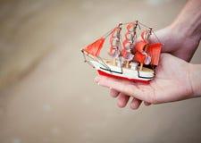 微小的玩具小船象征一个年轻家庭的新的生活 免版税库存图片