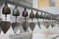微小的金属响铃当风铃 库存照片
