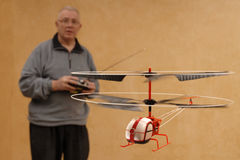 微小飞行的直升机 库存图片