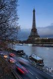 微明和塞纳河的,巴黎艾菲尔铁塔 免版税库存照片