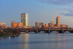 微明的波士顿查尔斯河和后面海湾地平线 免版税库存照片