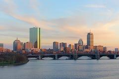 微明的波士顿查尔斯河和后面海湾地平线 图库摄影