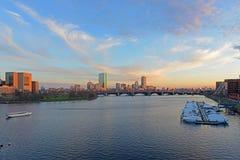 微明的波士顿查尔斯河和后面海湾地平线 免版税库存图片