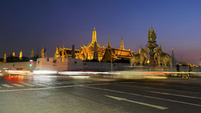 微明的盛大宫殿在曼谷,泰国 免版税库存照片